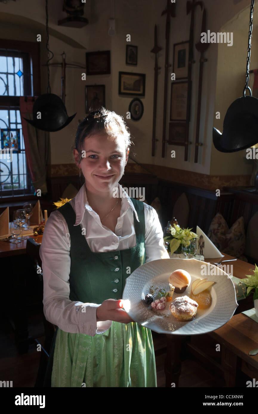 Traditionell gekleideten Kellnerin im historischen Weinwirtschaft Vincenz Richter Restaurant. Meißen. Sachsen Stockbild