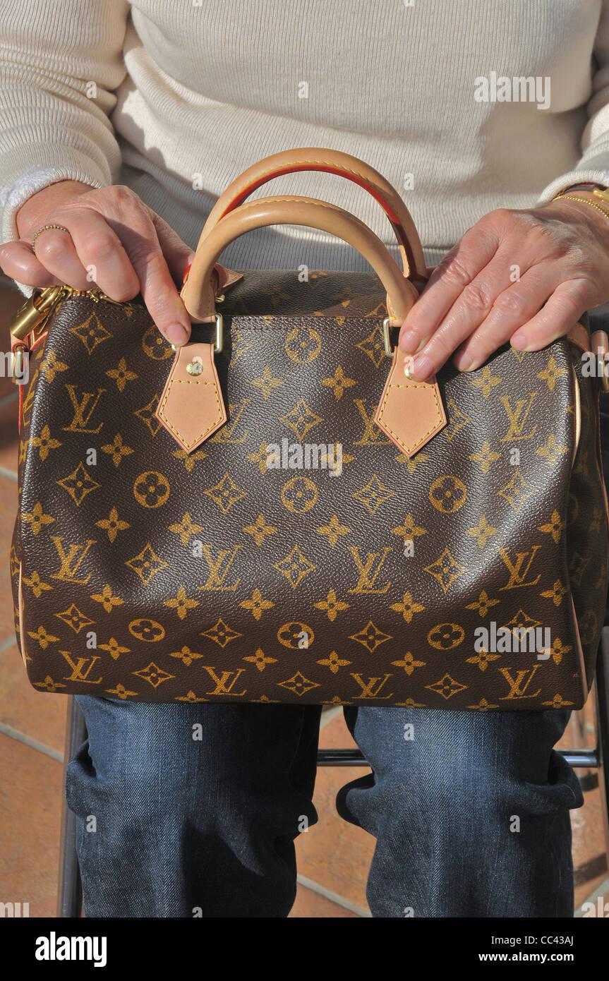 67810d2763935 Frau mit einer Louis Vuitton-Handtasche Stockfoto