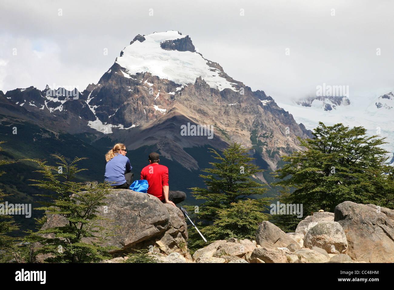 Wanderer, Blick auf die Berggipfel in den Anden in der Nähe von El Chalten, Argentinien Stockbild