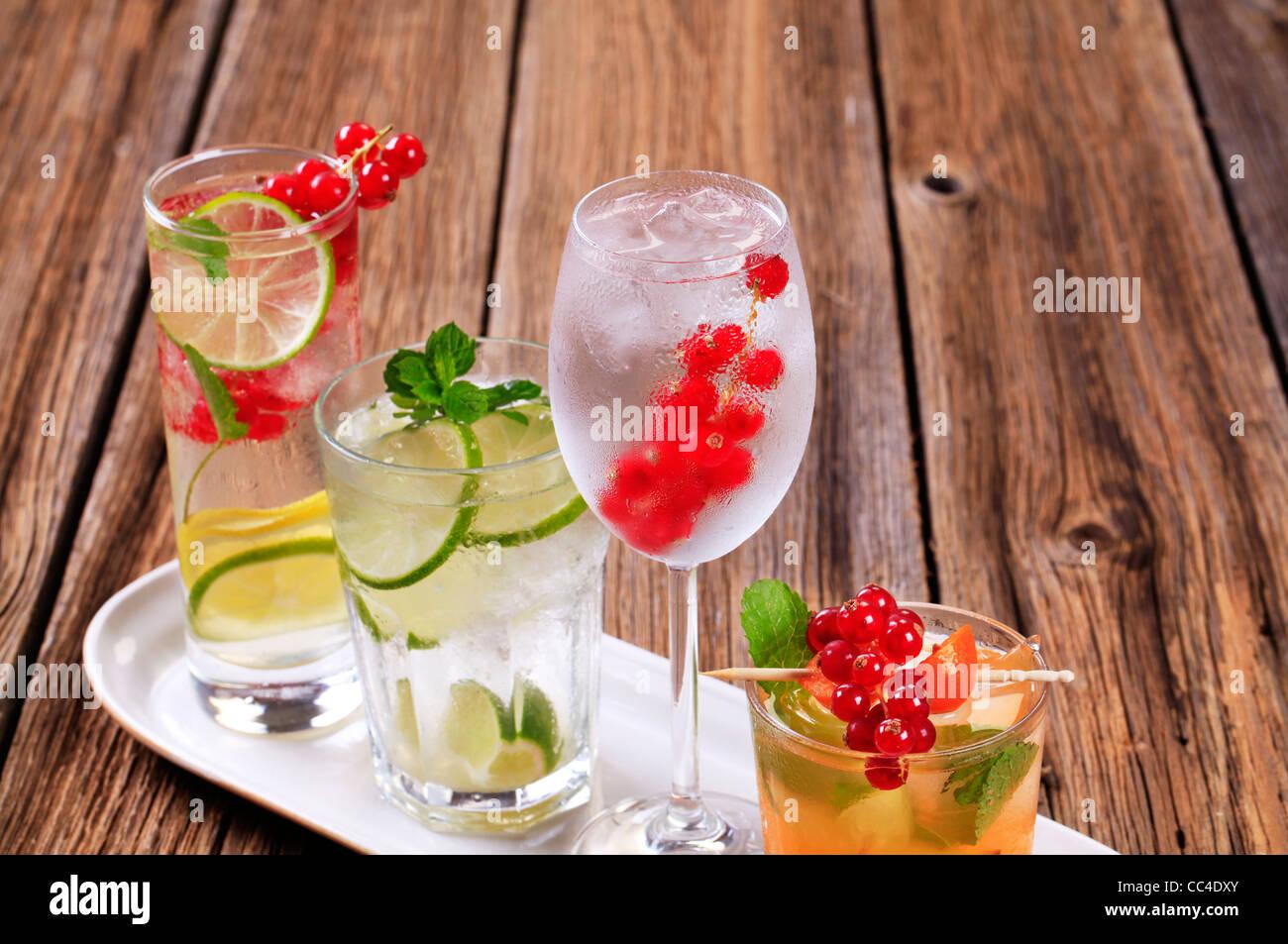 Brille von eisgekühlten Getränken, garniert mit frischen Früchten Stockbild