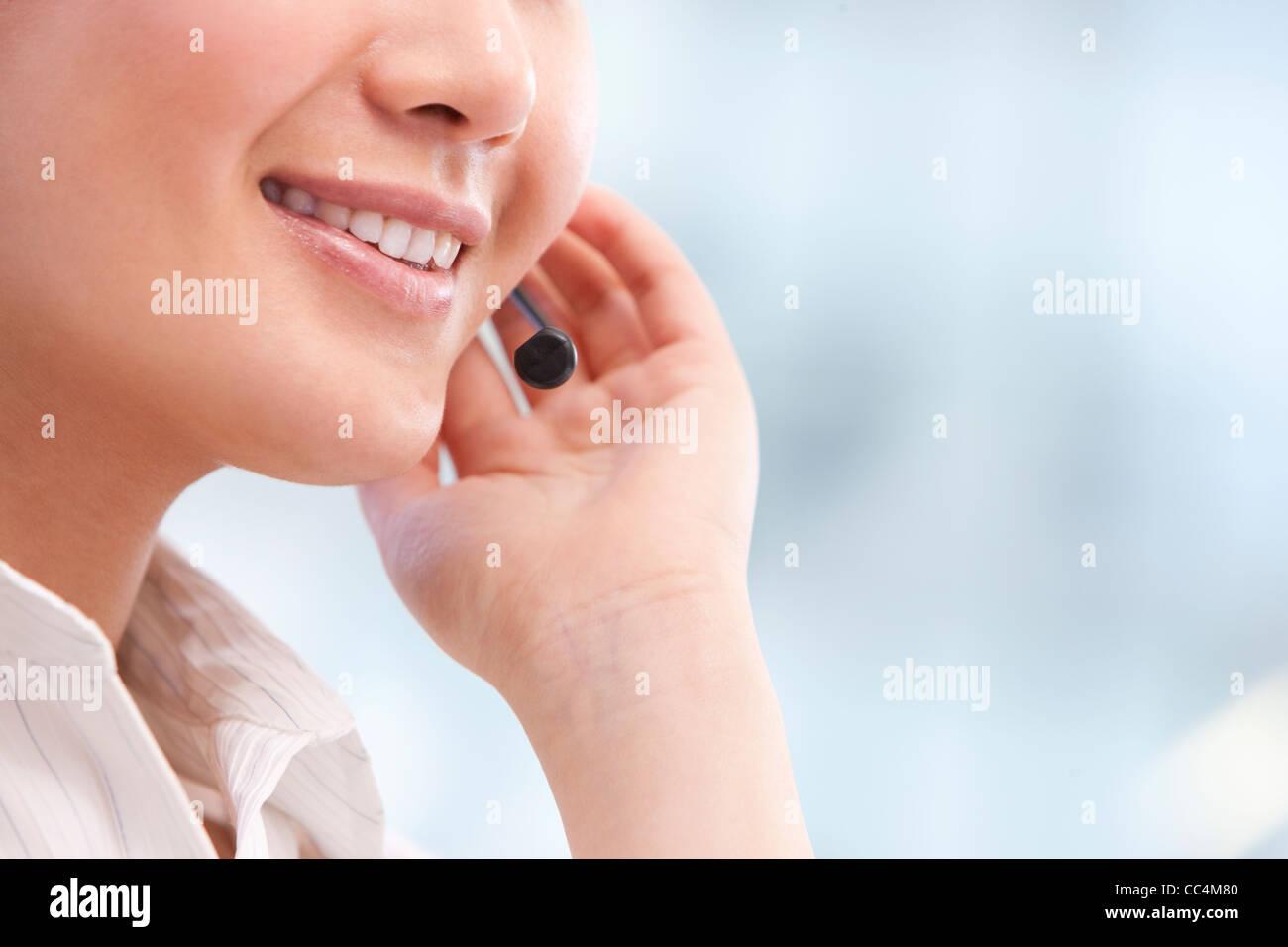 Nahaufnahme von Call-Center-Agenten Hand und Mund Stockfoto