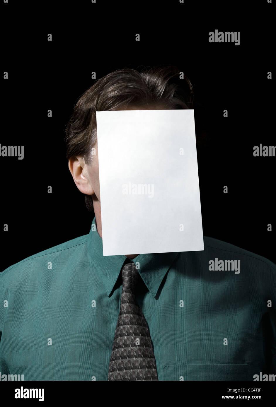 Porträt eines Geschäftsmannes mit leerem Papier auf Gesicht Stockbild