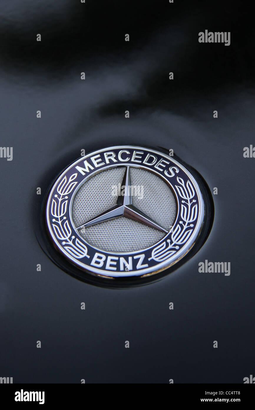 Mercedes Benz Logo auf schwarzen SUV Stockfoto