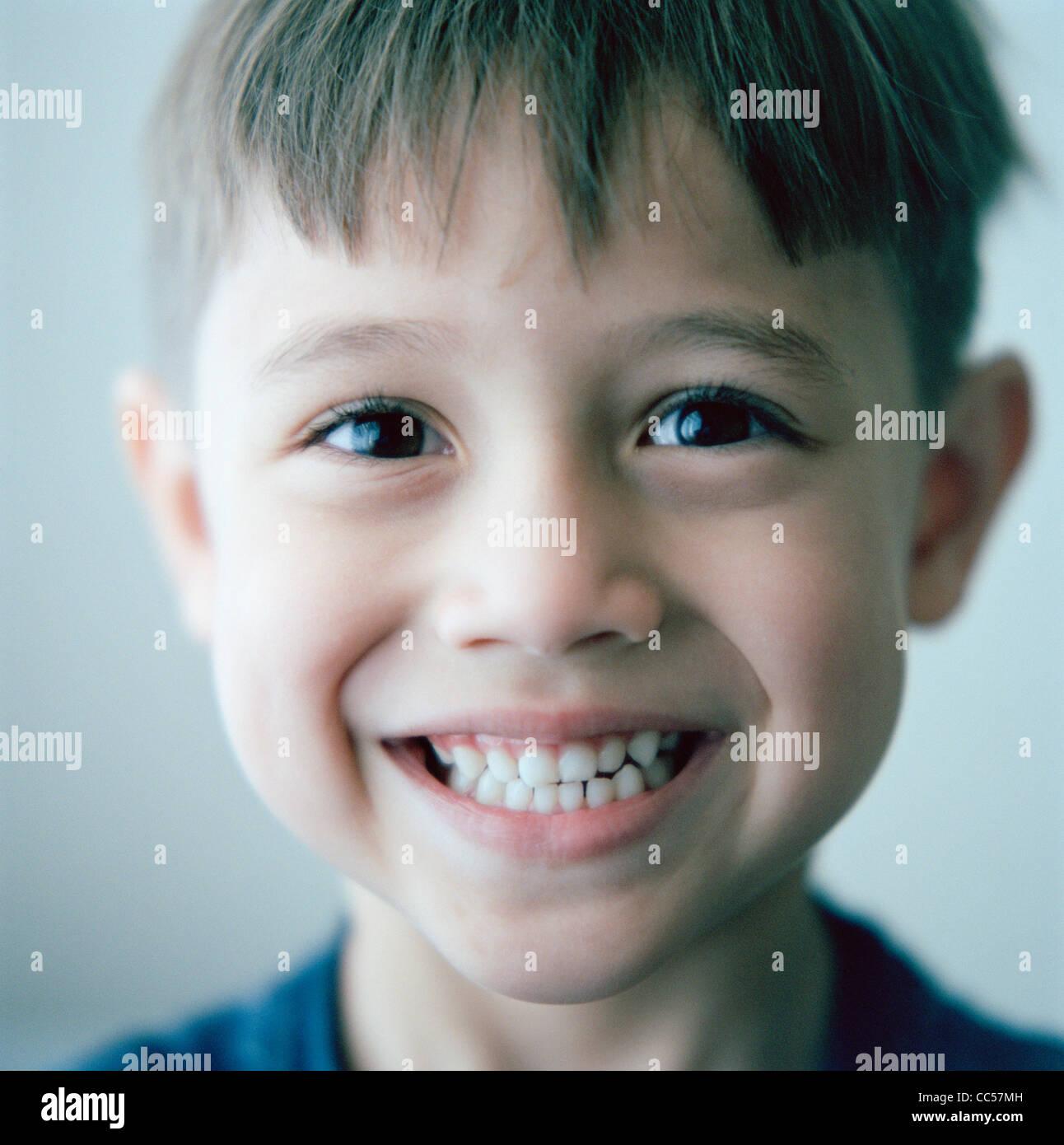 Kind grinsend Stockbild