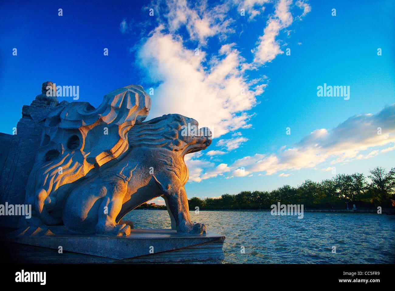 Stein-Skulptur von Qilin am siebzehn-Bogen-Brücke, Sommerpalast, Peking, China Stockbild