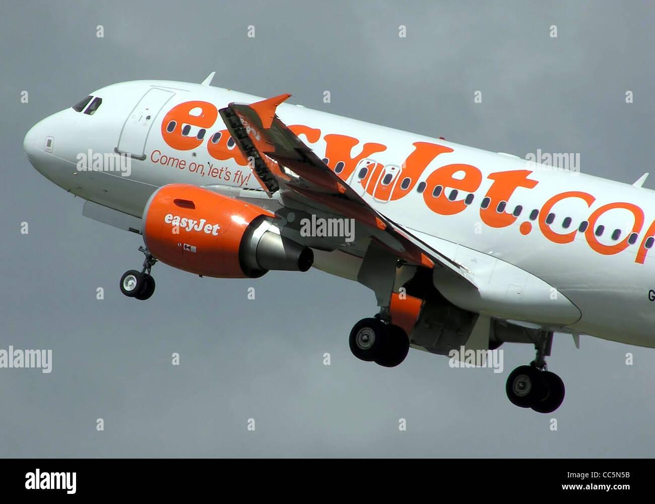 Eine EasyJet Airbus A319 (Registrierung unbekannt) startet vom Flughafen Bristol, Bristol, England. Stockbild