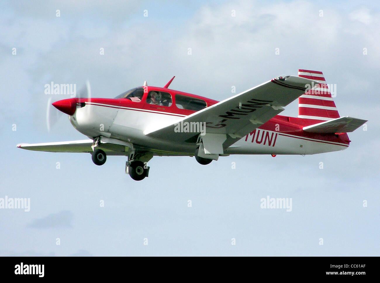 Mooney M20J (UK Registrierung G-MUNI, Datum der Build 1989) am Flugplatz Kemble, Gloucestershire, England. Stockbild