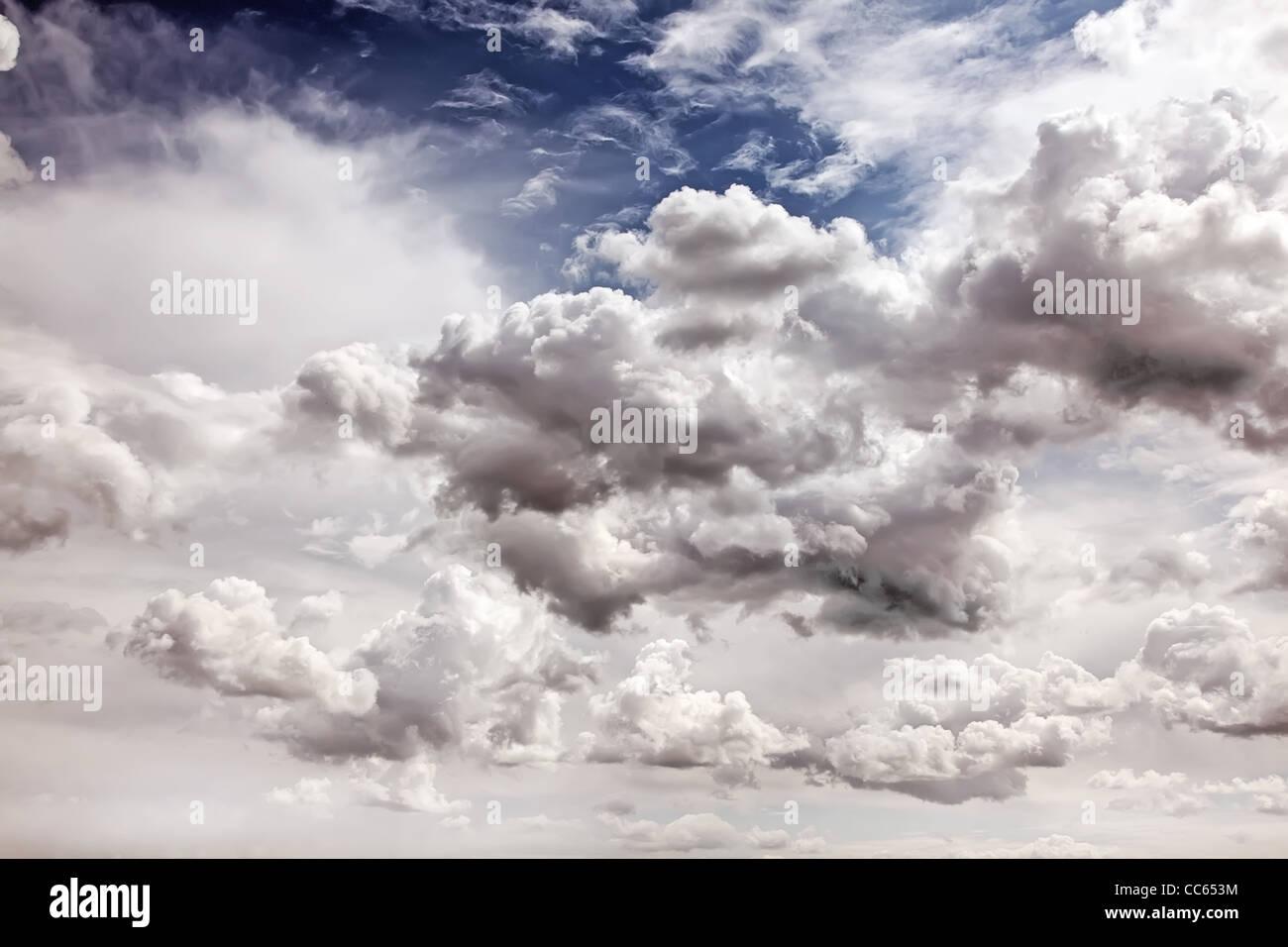 Wolkengebilde. Lebendige Himmelshintergrund. Stockbild