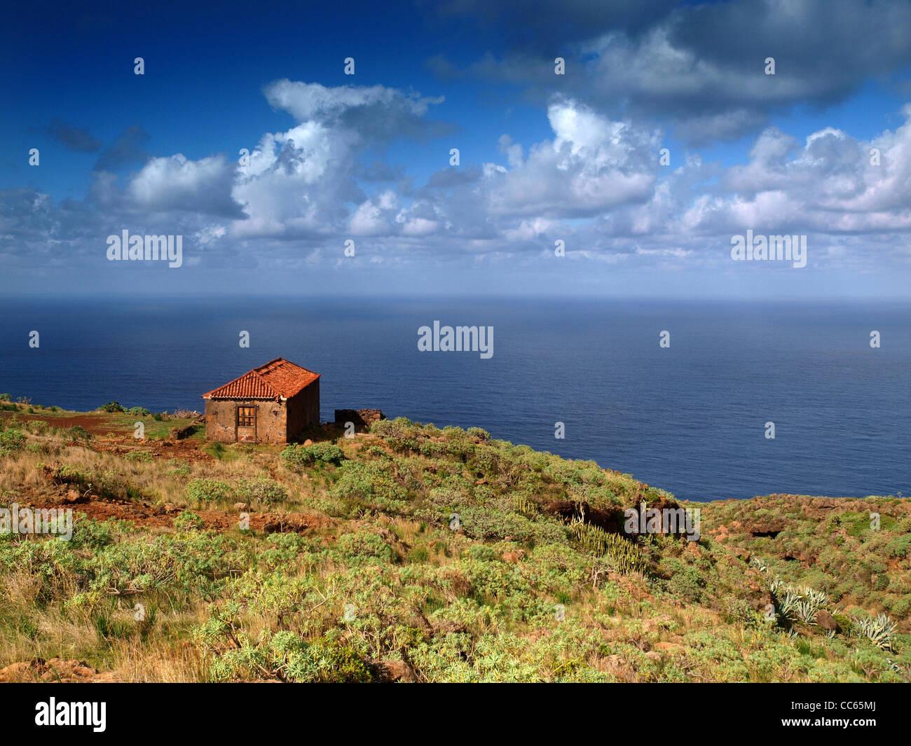 zeigen Sie an von Klippen von La Palma, Kanarische Inseln, kleine rote Fliesen Gebäude im Vordergrund zu sehen Stockbild