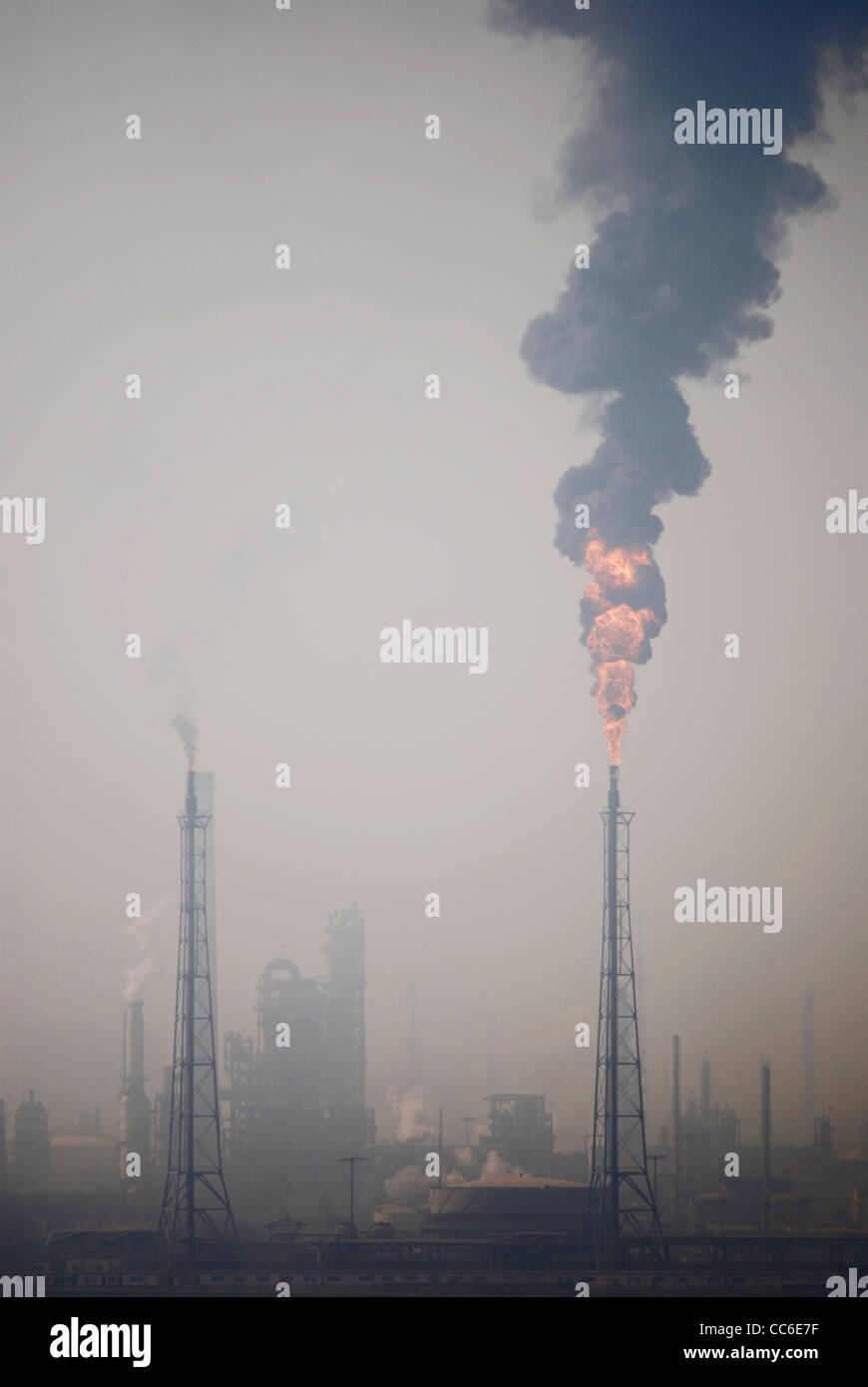 Rauch aus Schornstein im Chemiewerk, Lanzhou, Gansu, China Stockbild