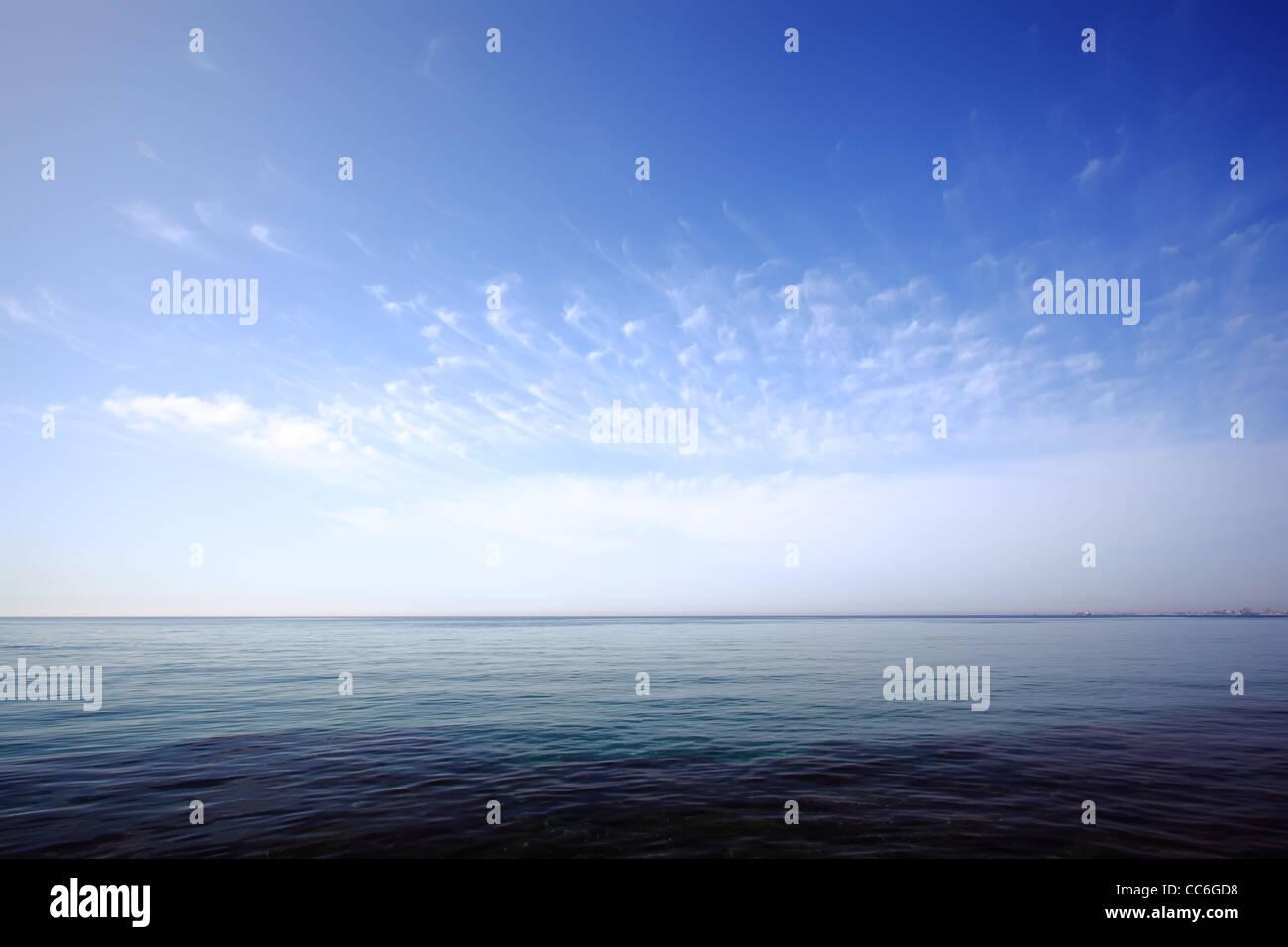 Himmel und Meer Hintergrund. Natur-Seelandschaft. Stadt am Horizont. Larnaca, Zypern. Stockbild