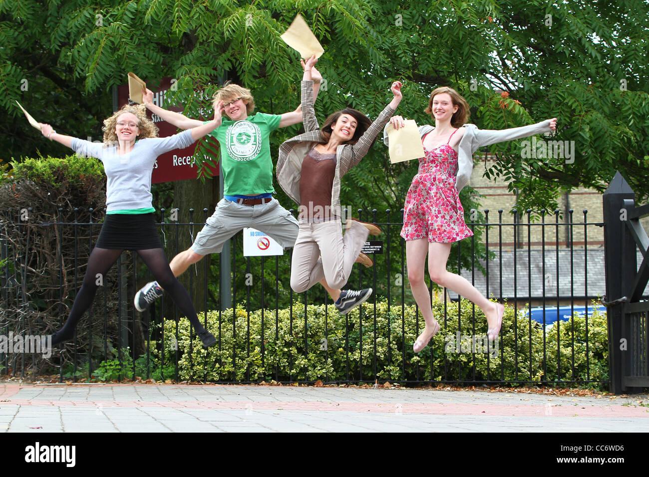 Oberstufe Schüler springen vor Freude am Erhalt ihrer Ende der Begriff Ergebnisse in Cambridge, England Stockbild