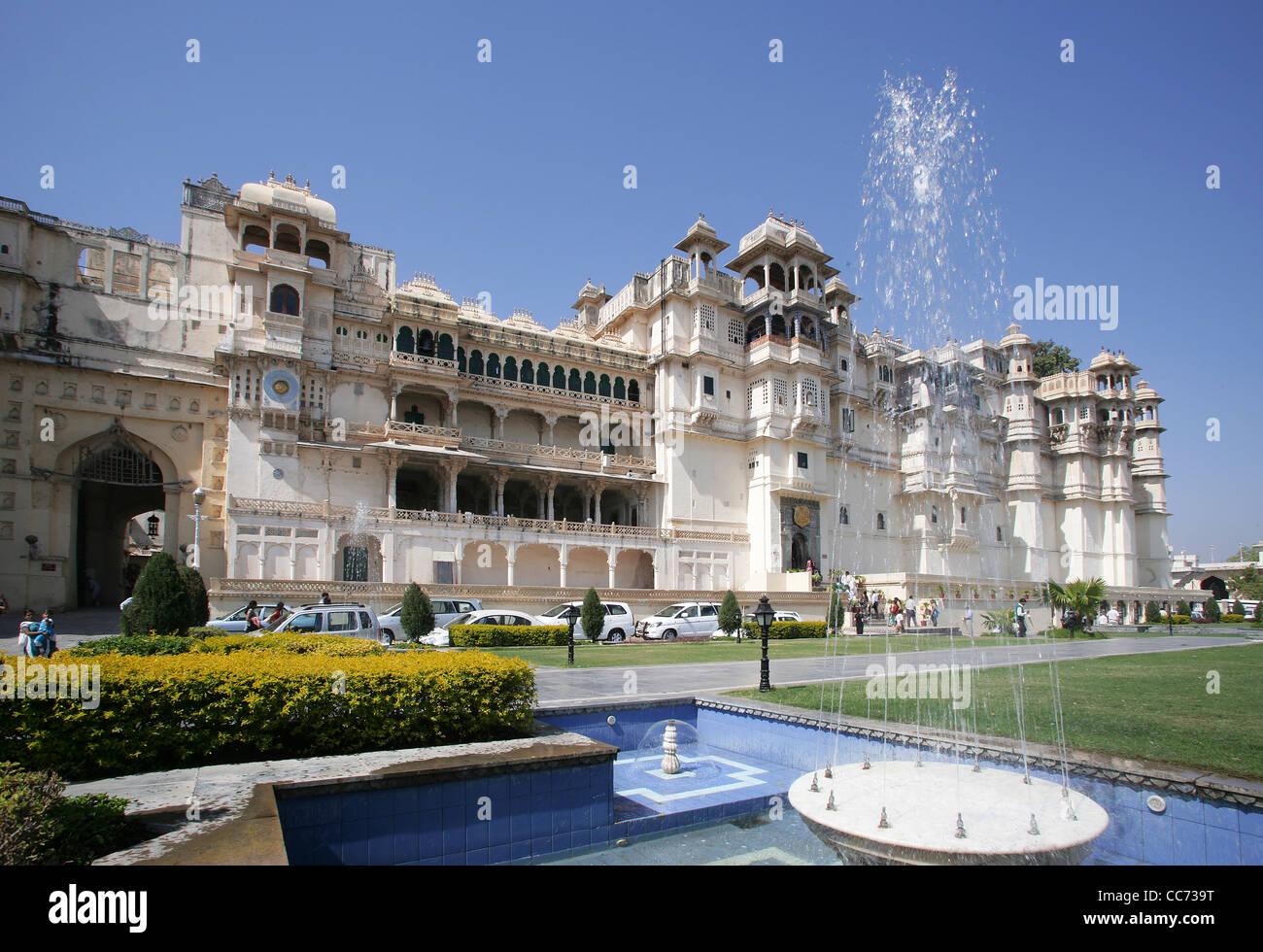 Blick auf die Stadt Palast von Udaipur, Heimat des Maharaja von Udaipur, ein Museum und ein Luxushotel, Rajasthan, Stockbild