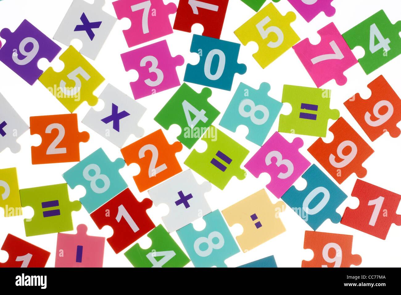 Mathematik-Puzzle für Kinder. Mathematik lernen während des Spielens, Grundrechenarten. Stockbild