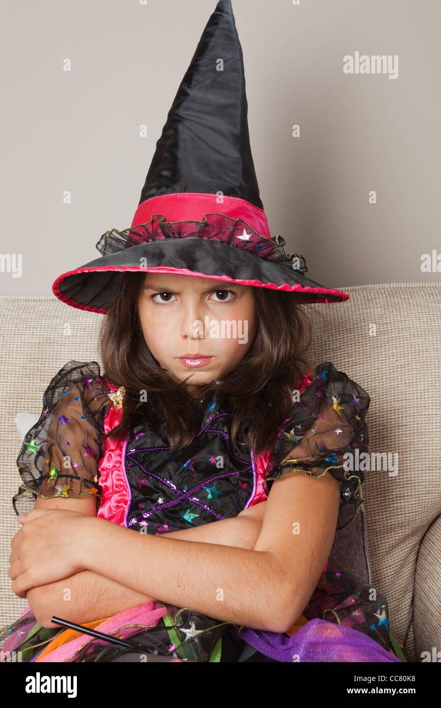 Junges Mädchen, 10 Jahre alt in eine Hexe-Kostüm Stockbild