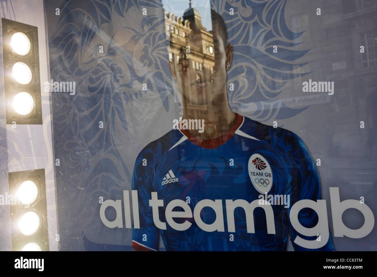 Ein unbekannter Athlet in Lillywhites Fenster mit Bezug auf Team GB Sponsor Adidas, dessen Logo auf der Mann Hemd Stockbild