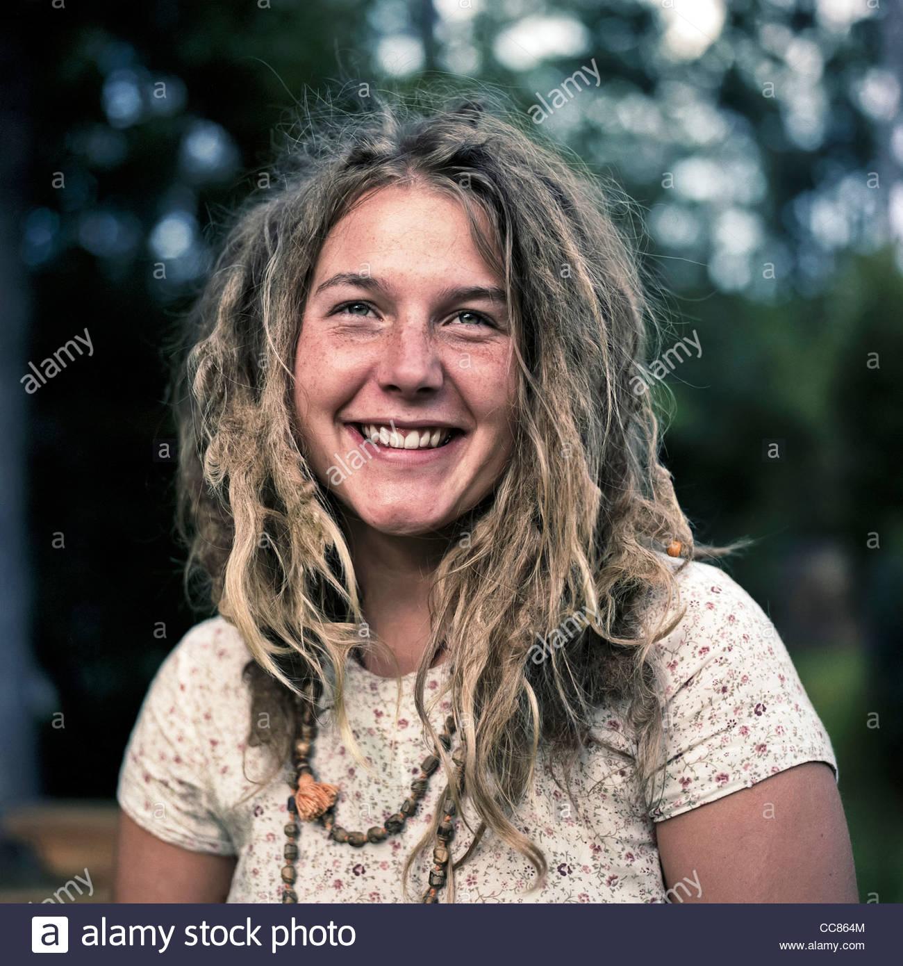 Eine lächelnde Frau mit dreadlocks Stockbild