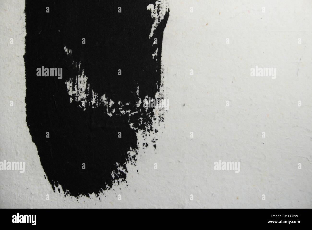 Grunge-Stil schwarz lackierten Streifen auf weißem Papier mit Textfreiraum Stockfoto