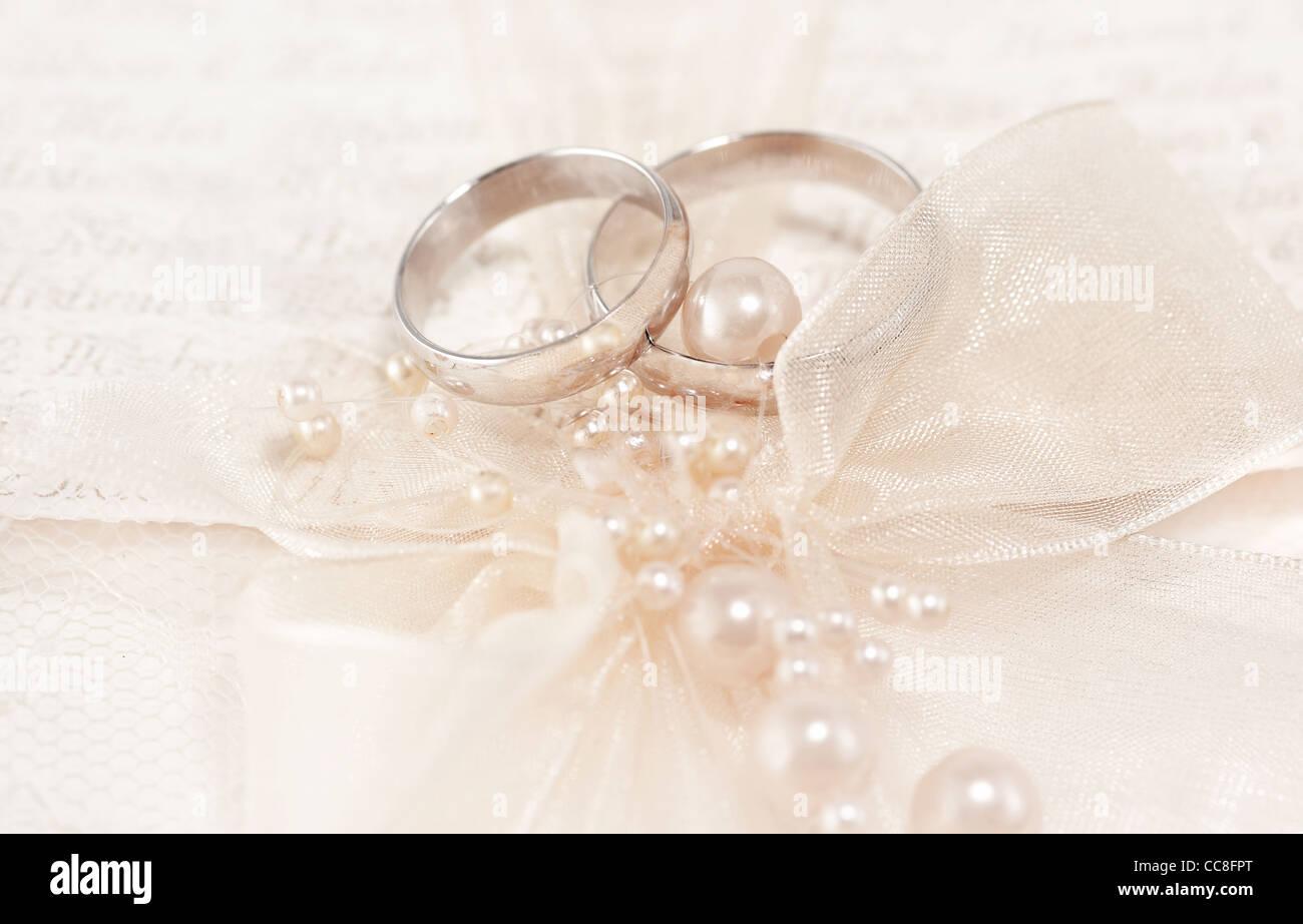 Paar Goldene Hochzeit Ringe Uber Einladungskarte Mit Seidenschleife