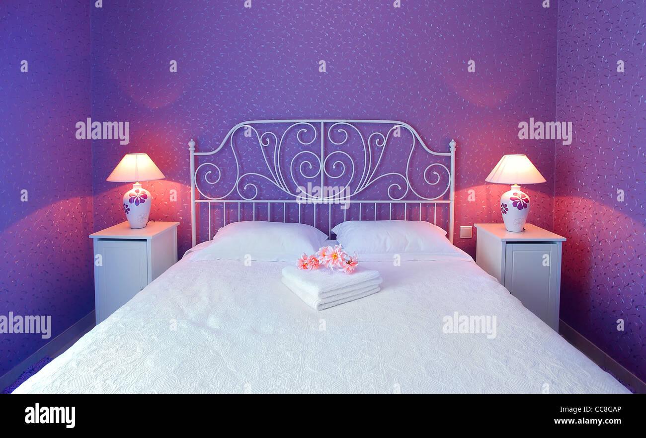 Romantisches Schlafzimmer Luxus-Innenausstattung mit warmem Licht ...