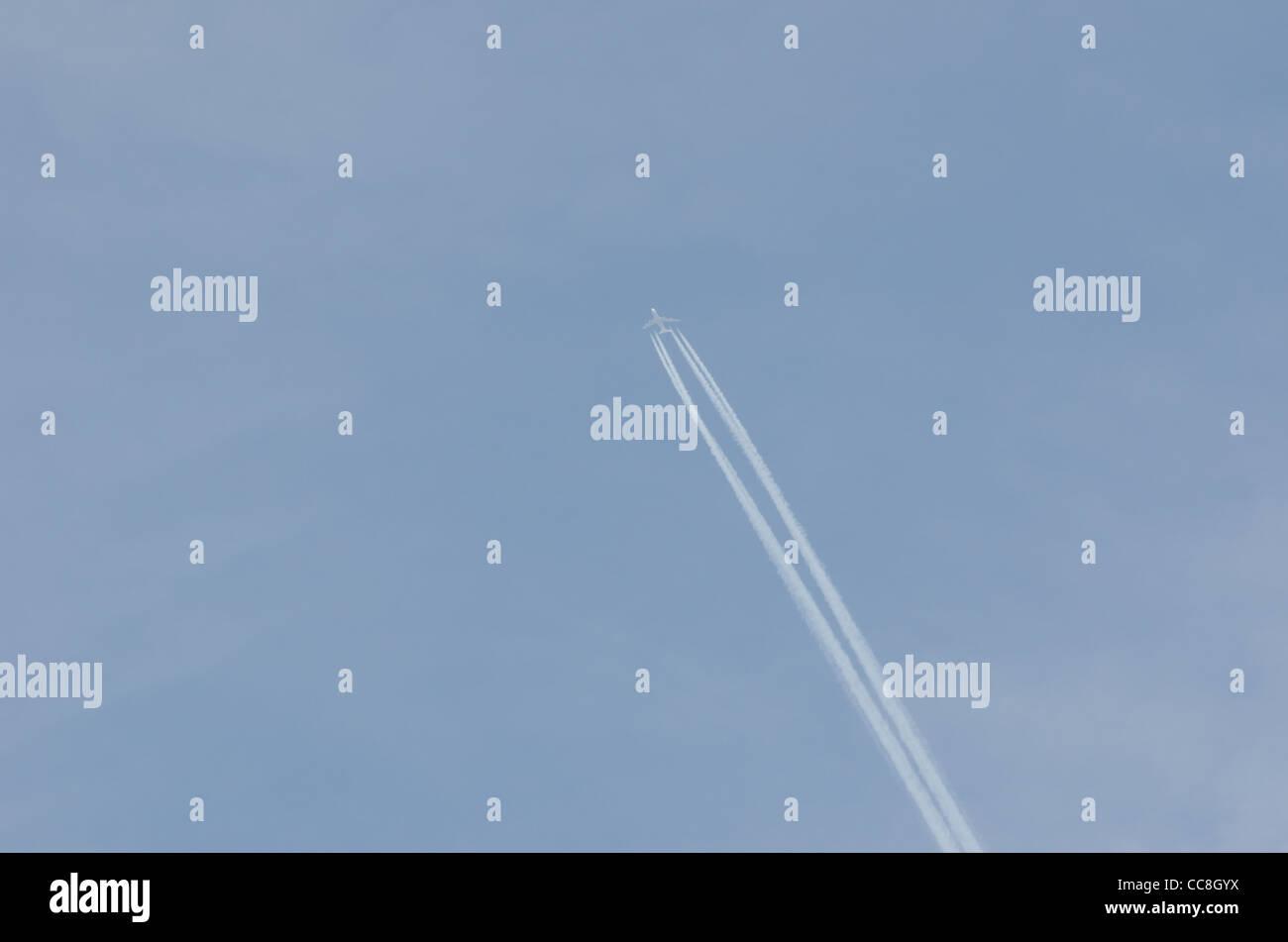 Jet-Flugzeug und Kondensstreifen Stockbild