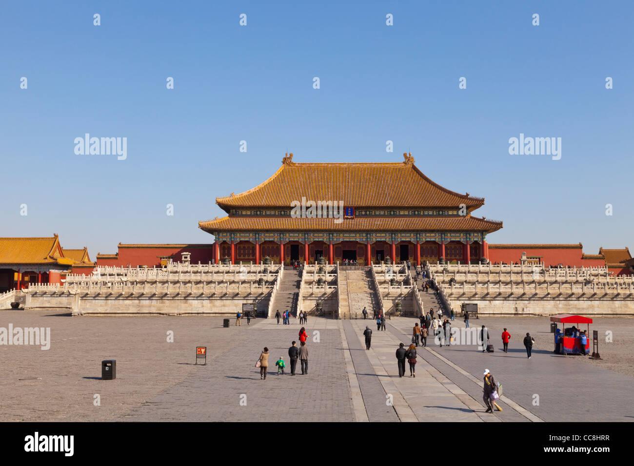 Die Halle der höchsten Harmonie in der verbotenen Stadt, Peking, vom Tor der höchsten Harmonie. Stockbild