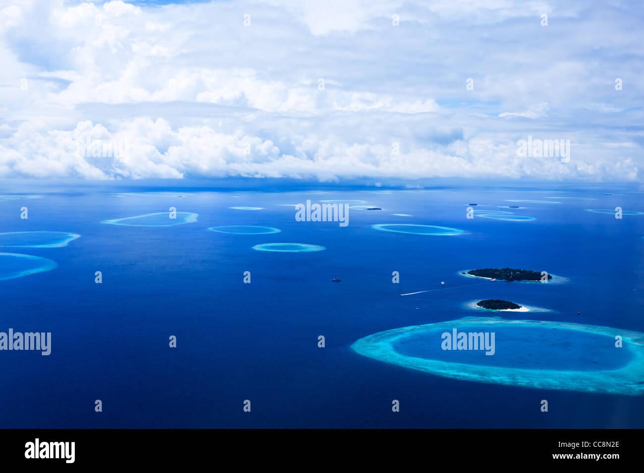 Inseln In den Malediven von oben gesehen Stockbild