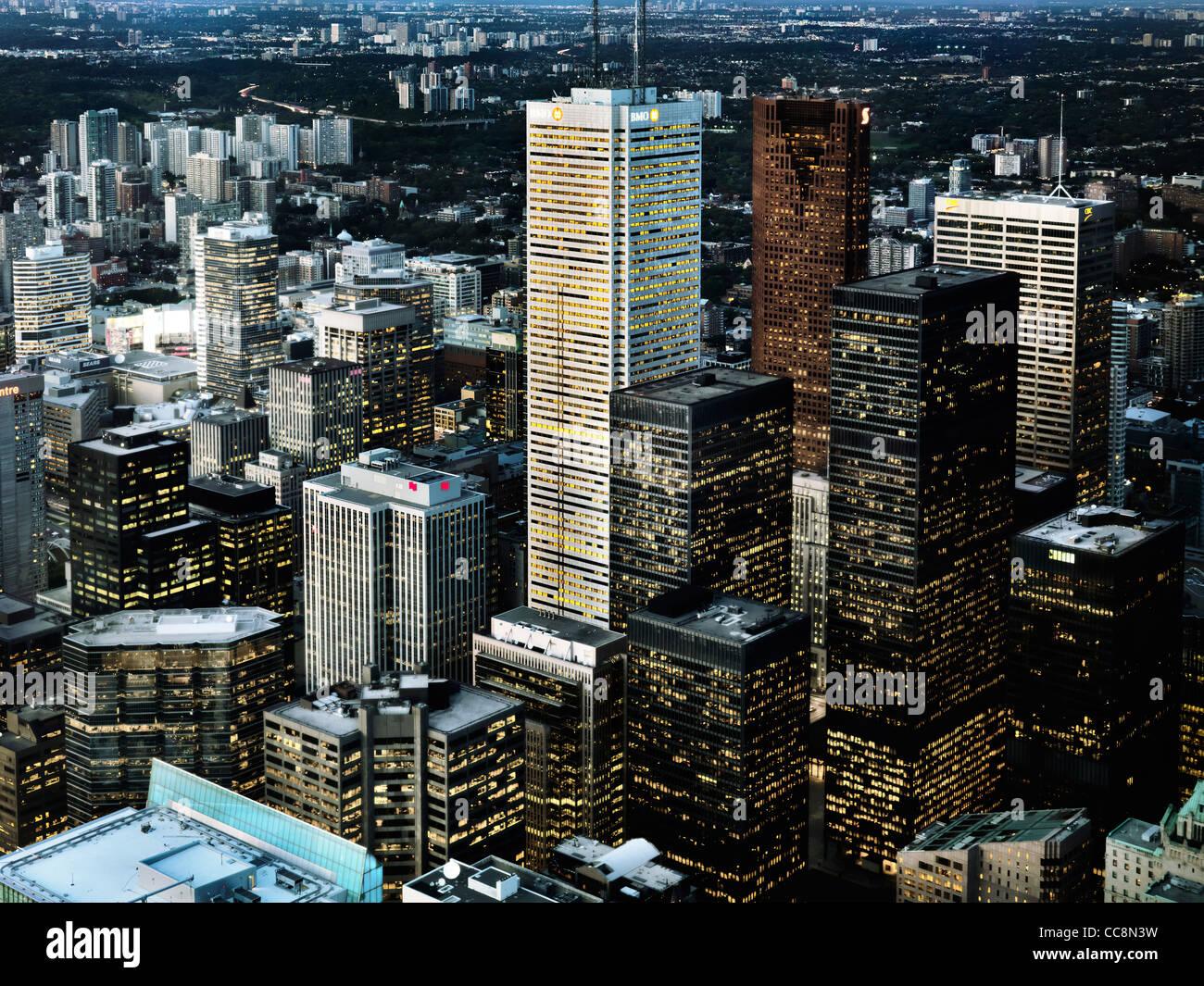 Luftaufnahme der Stadt Toronto Downtown Türme in der Abenddämmerung, Ontario, Kanada 2009. Stockbild