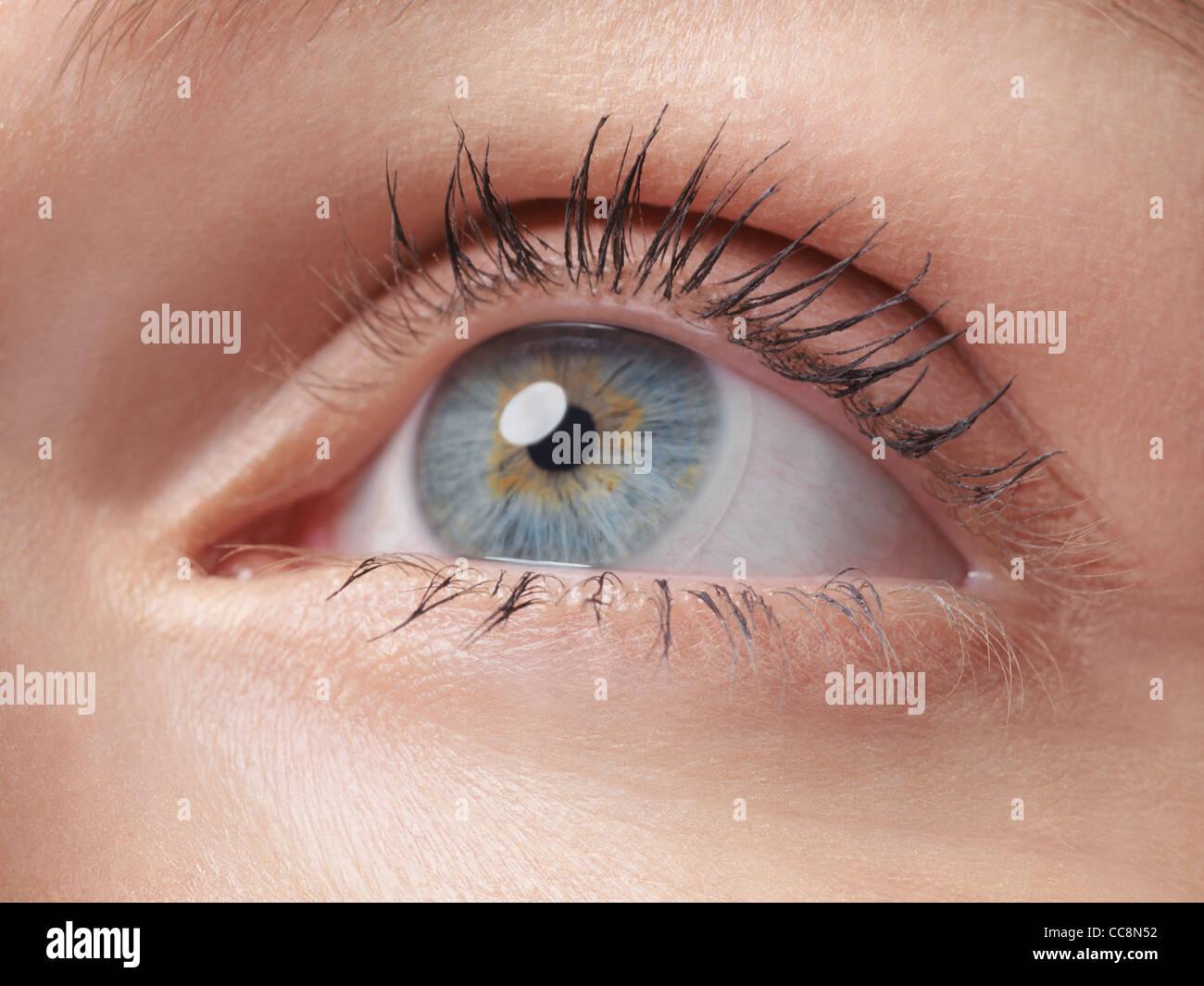 Nahaufnahme von einer Frau blaue Auge Kontaktlinsen tragen Stockbild