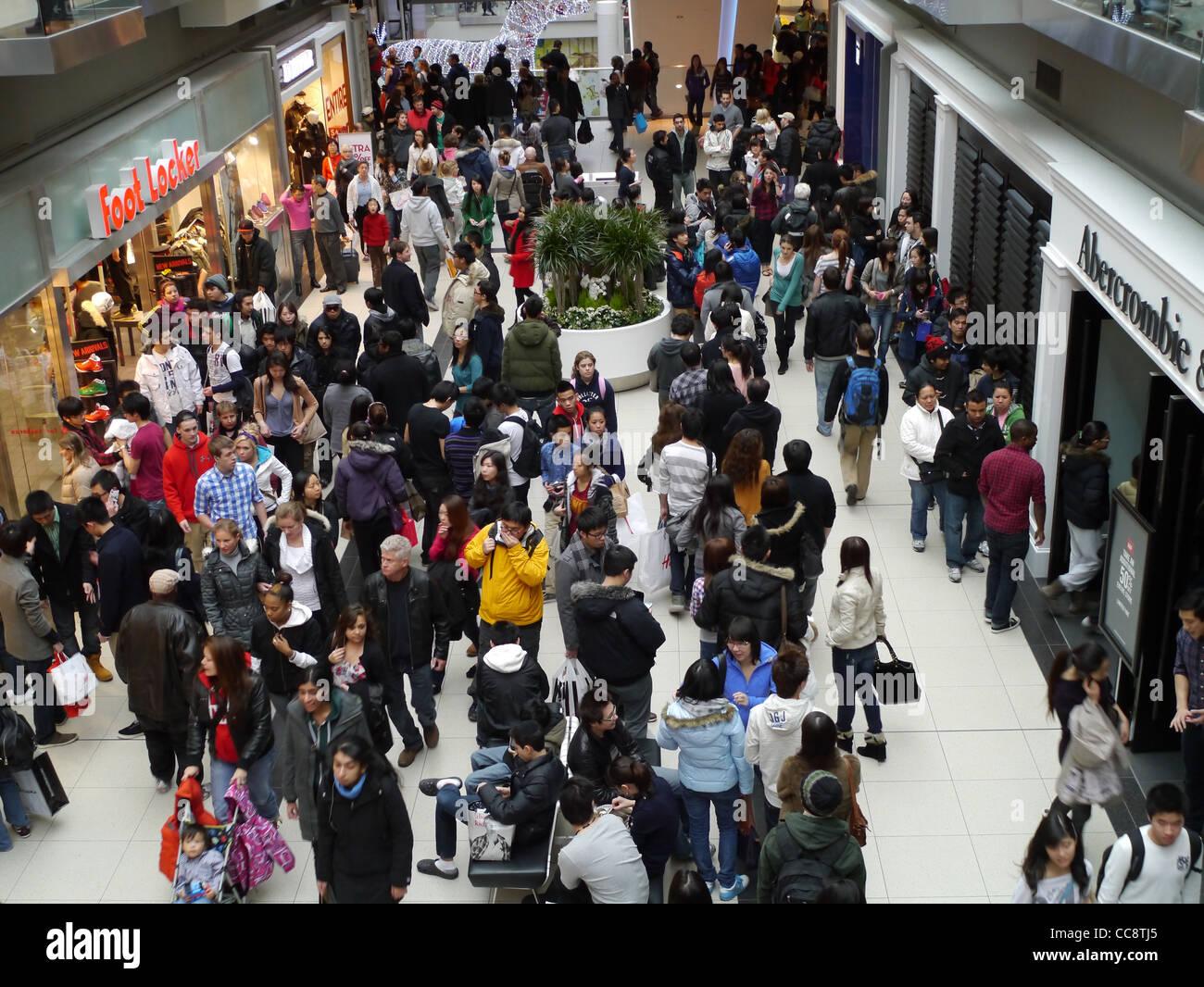 Christmas Shopping Mall Crowded Stockfotos & Christmas Shopping Mall ...