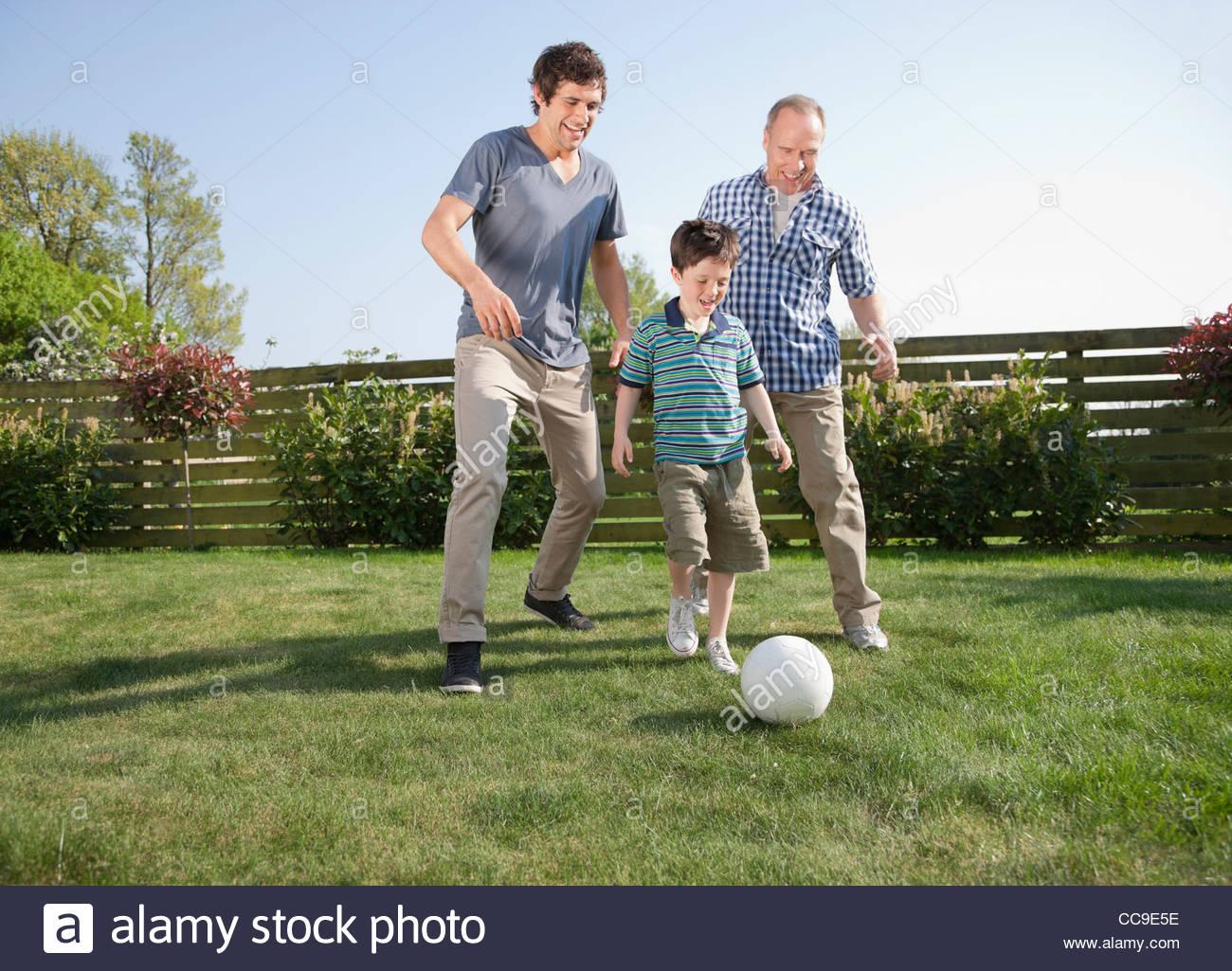 mehr generationen familie im garten fu ball spielen. Black Bedroom Furniture Sets. Home Design Ideas