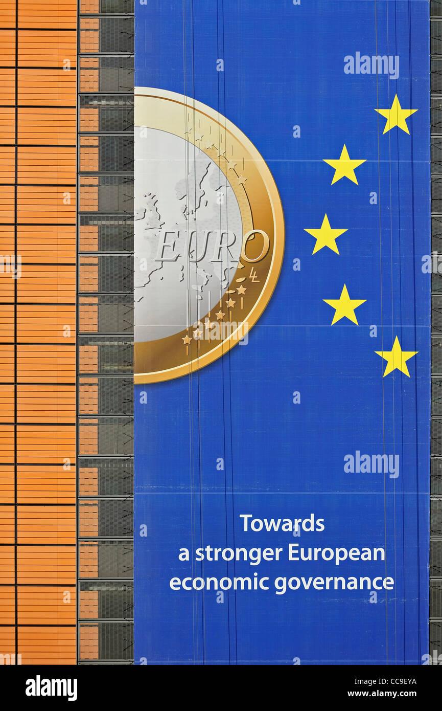 Banner über den Euro hängen vom Gebäude der Europäischen Kommission, ausführendes Organ Stockbild