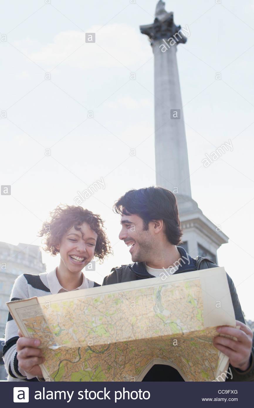 Brautpaar mit Karte unten Nelsons Säule Stockbild