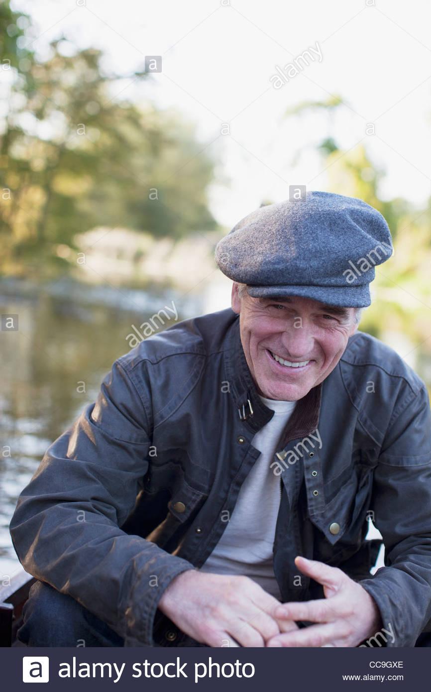 Porträt des Lächelns senior Mann auf See Stockbild