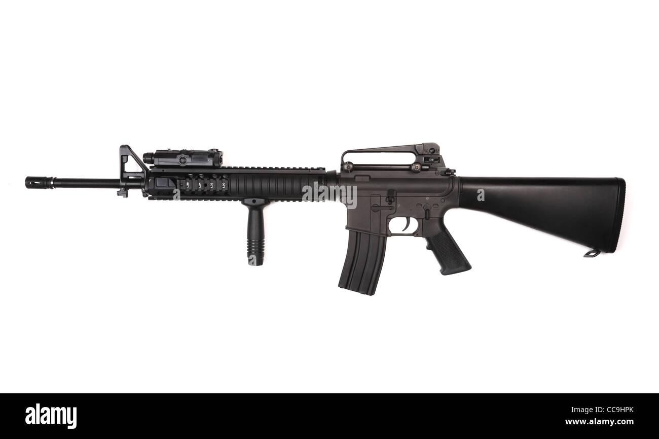 RIS M16A4 Sturmgewehr mit ANPEQ und taktischer Griff. Isoliert auf weißem Hintergrund. Studio gedreht. Stockbild