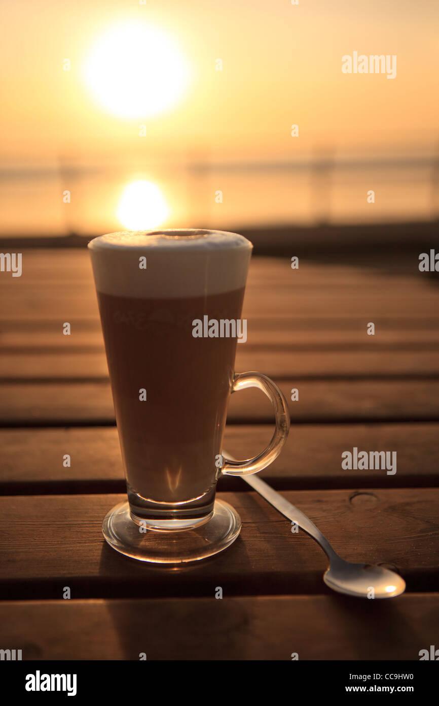 Kaffee im Sonnenuntergang, Aberavon Beach, Port Talbot, South Wales, UK Stockfoto