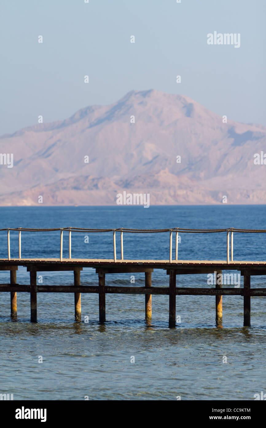 Brücke am Strand im Hotel in Sharm El Sheikh, Ägypten. Im Hintergrund: Rote Meer und die Insel Tiran. Stockbild