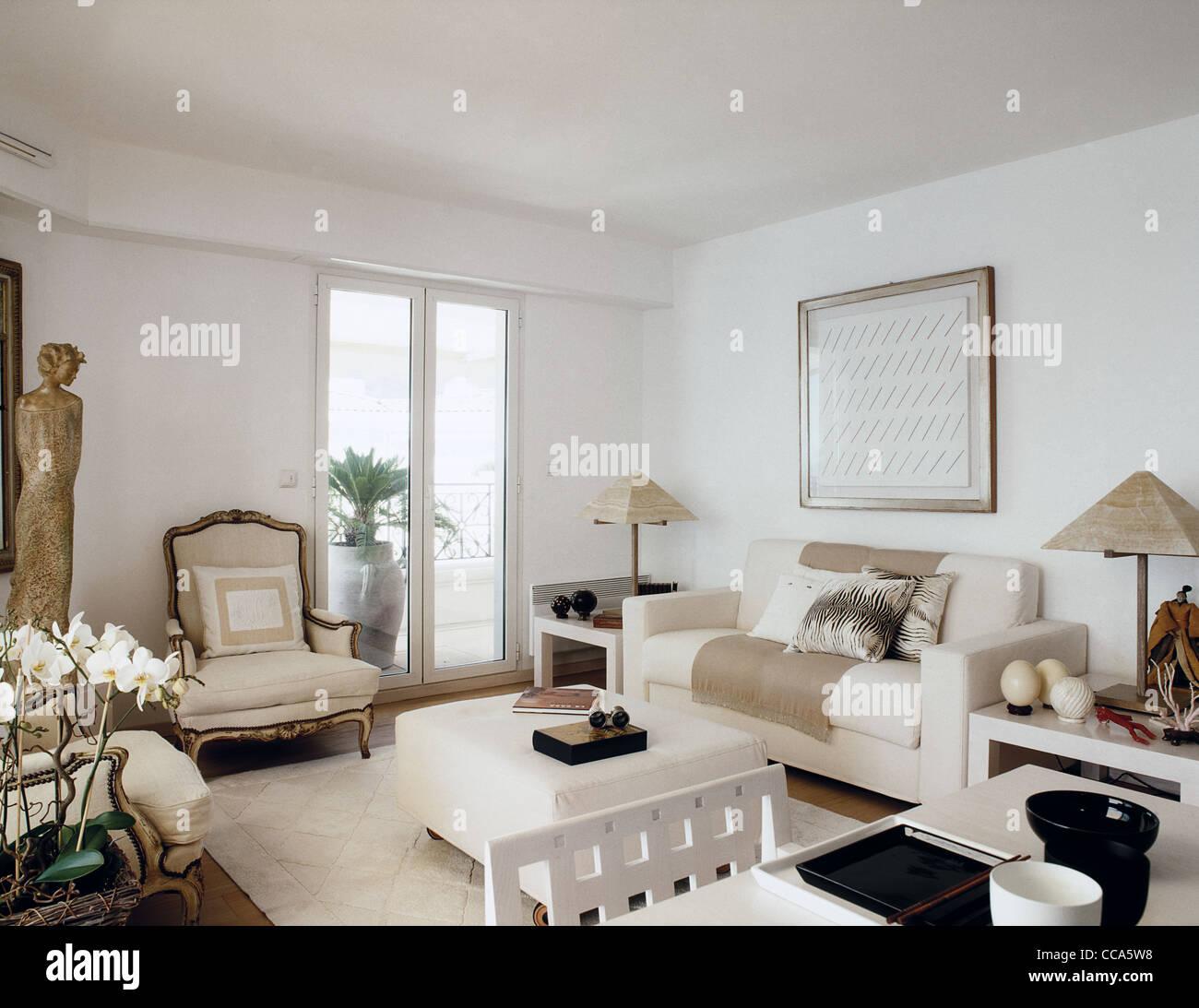 klassische Möbel für ein Wohnzimmer mit weißen Möbeln Stockfoto ...