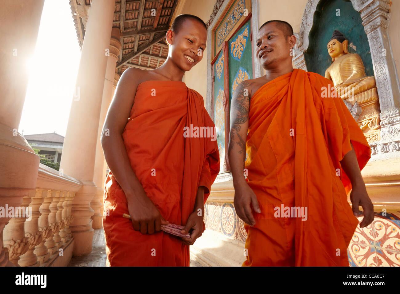 Zwei buddhistische Mönche treffen und grüßen in einem Tempel, Phnom, Penh, Kambodscha, Asien. Dolly Stockbild