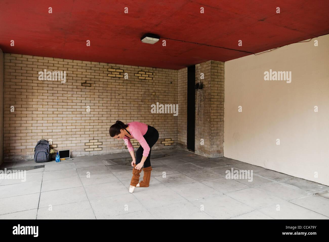 Frau Anpassung Beinlinge vor trainieren Stockbild