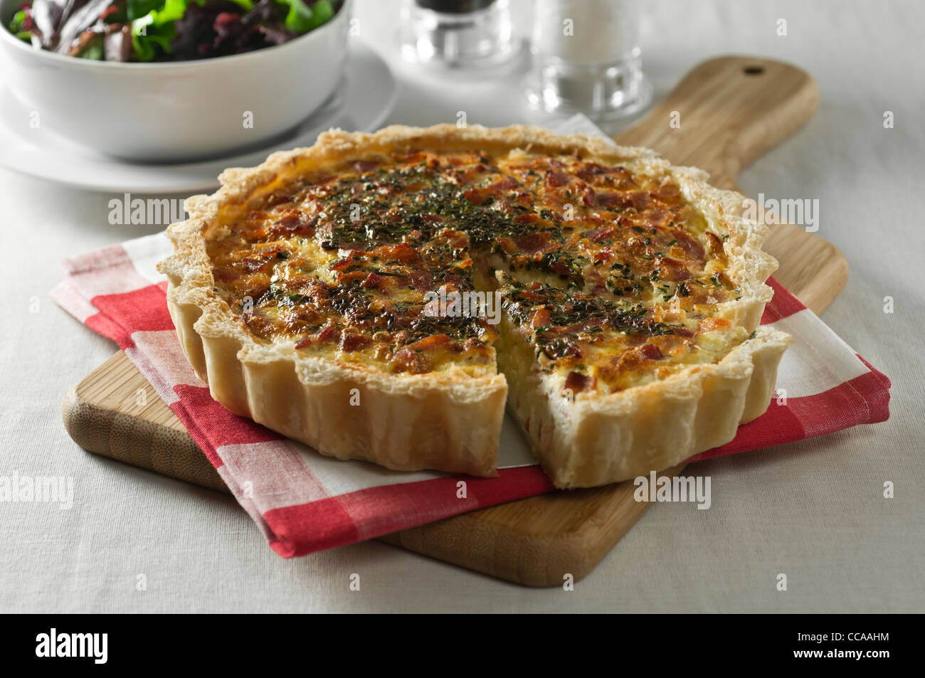 Quiche Lorraine. Speck und Käse-Tarte Stockbild