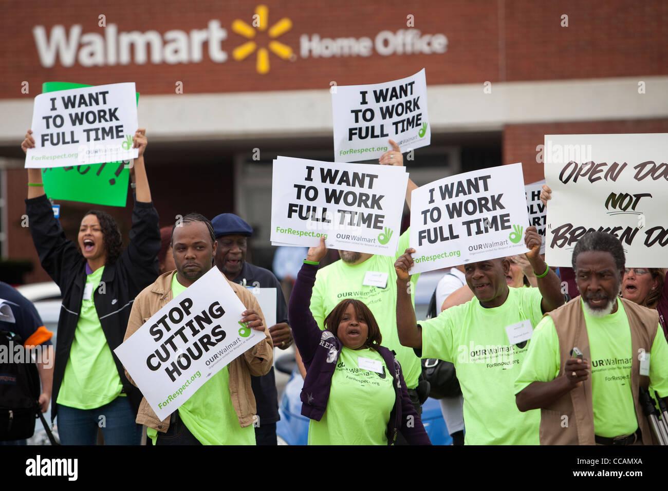 Walmart Mitarbeiter demonstrieren vor dem Walmart Home Office in Bentonville, Arkansas Stockbild