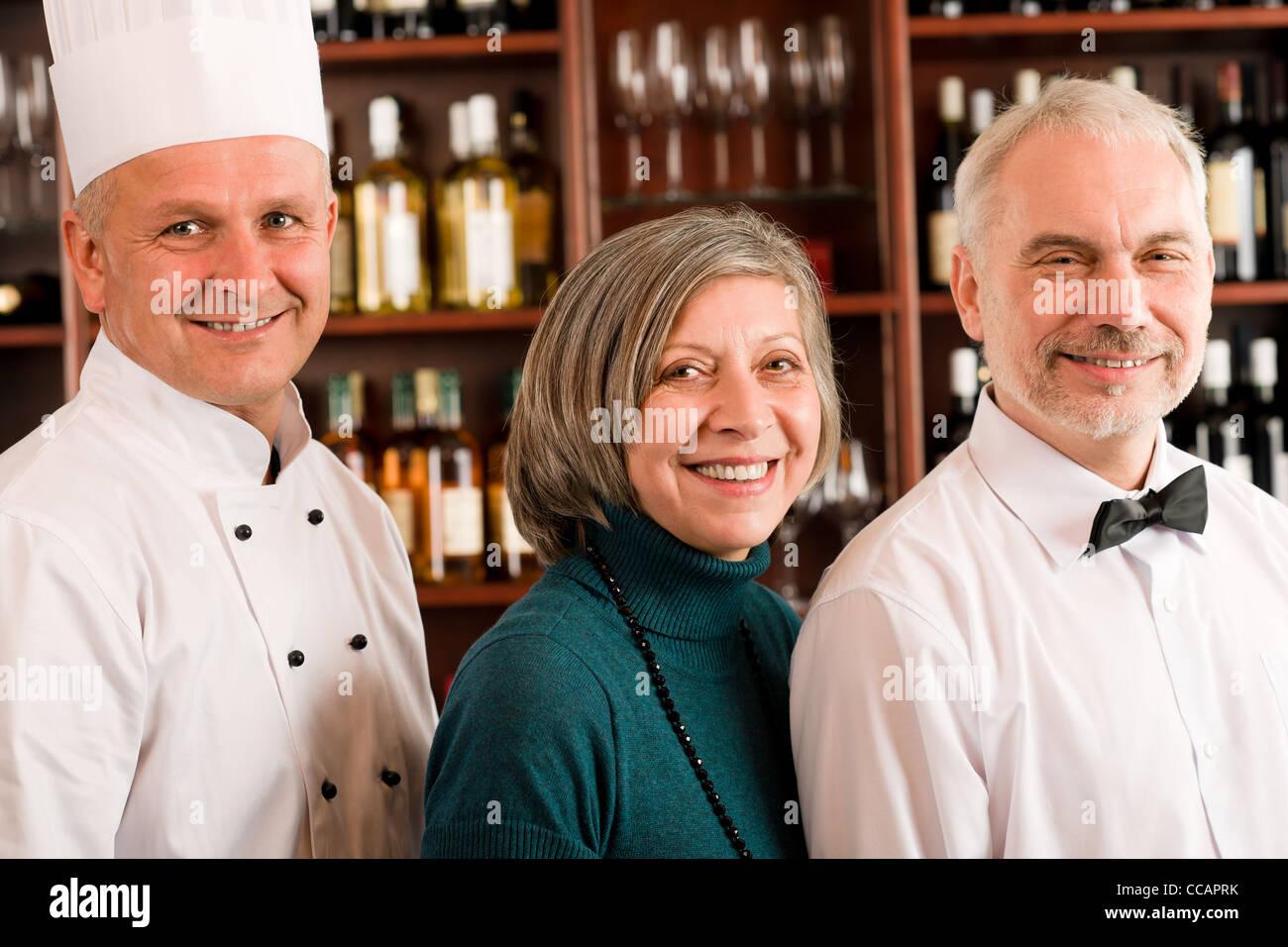 Restaurantleiter posiert mit chef koch und kellner weinbar for Koch und kellner