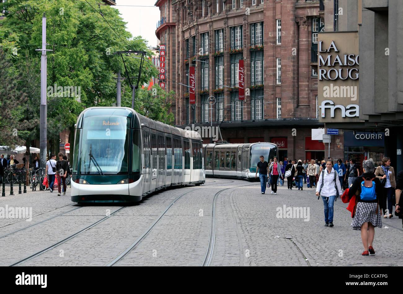 Straßenbahnen in der Rue des Francs-Bourgeois, einer Fußgängerzone im Zentrum von Straßburg, Stockbild