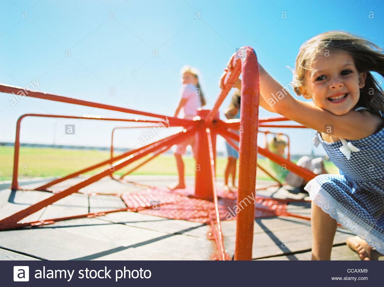 Kinder reiten auf Spielplatz-Karussell Stockbild