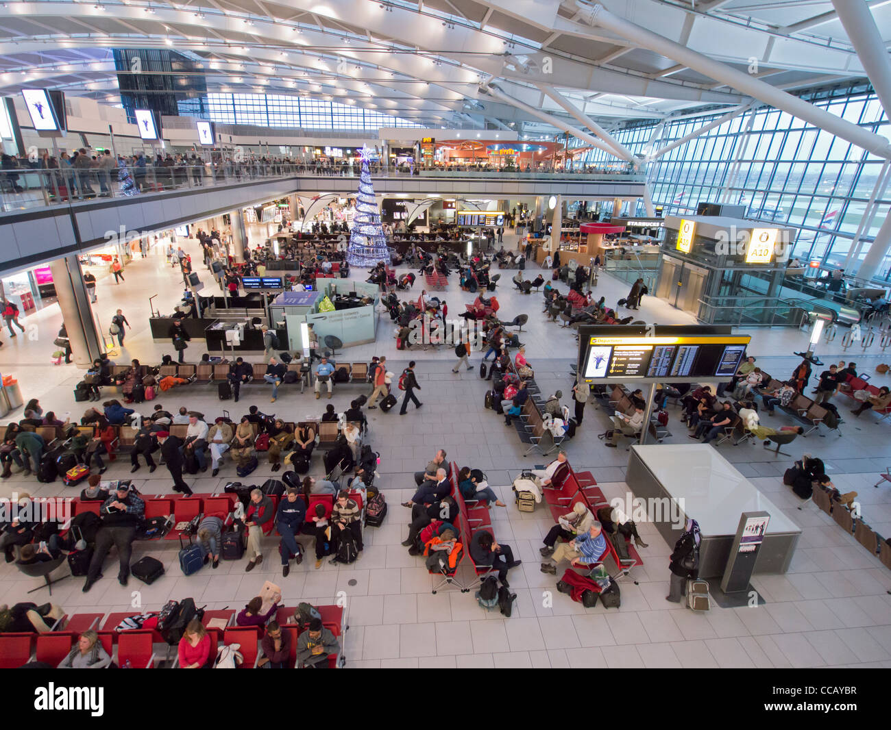 Innere des geschäftigen Terminal 5 am Flughafen Heathrow in London Vereinigtes Königreich Stockfoto