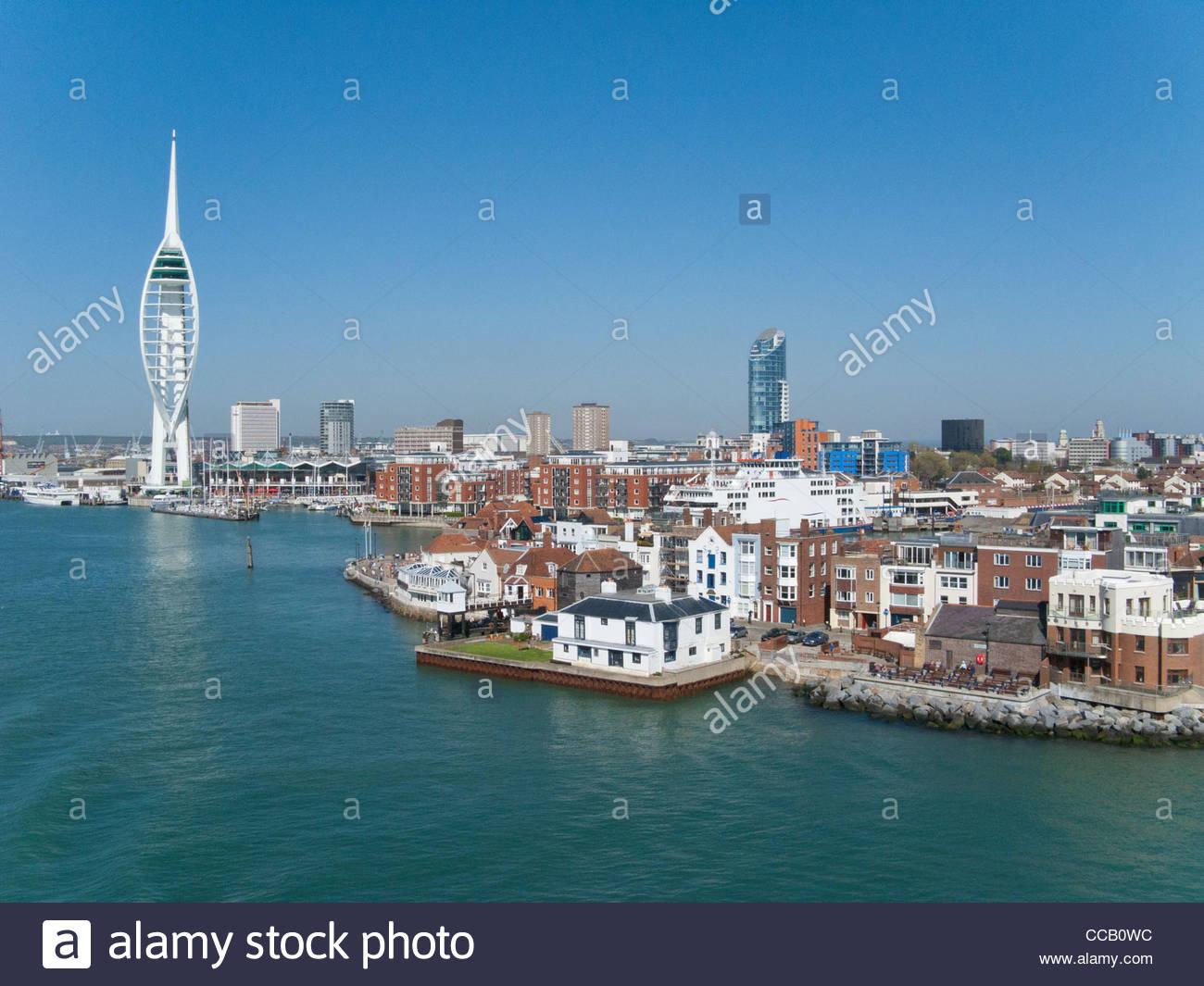 Stadtbild von Portsmouth mit modernen Turm im Hintergrund Stockbild
