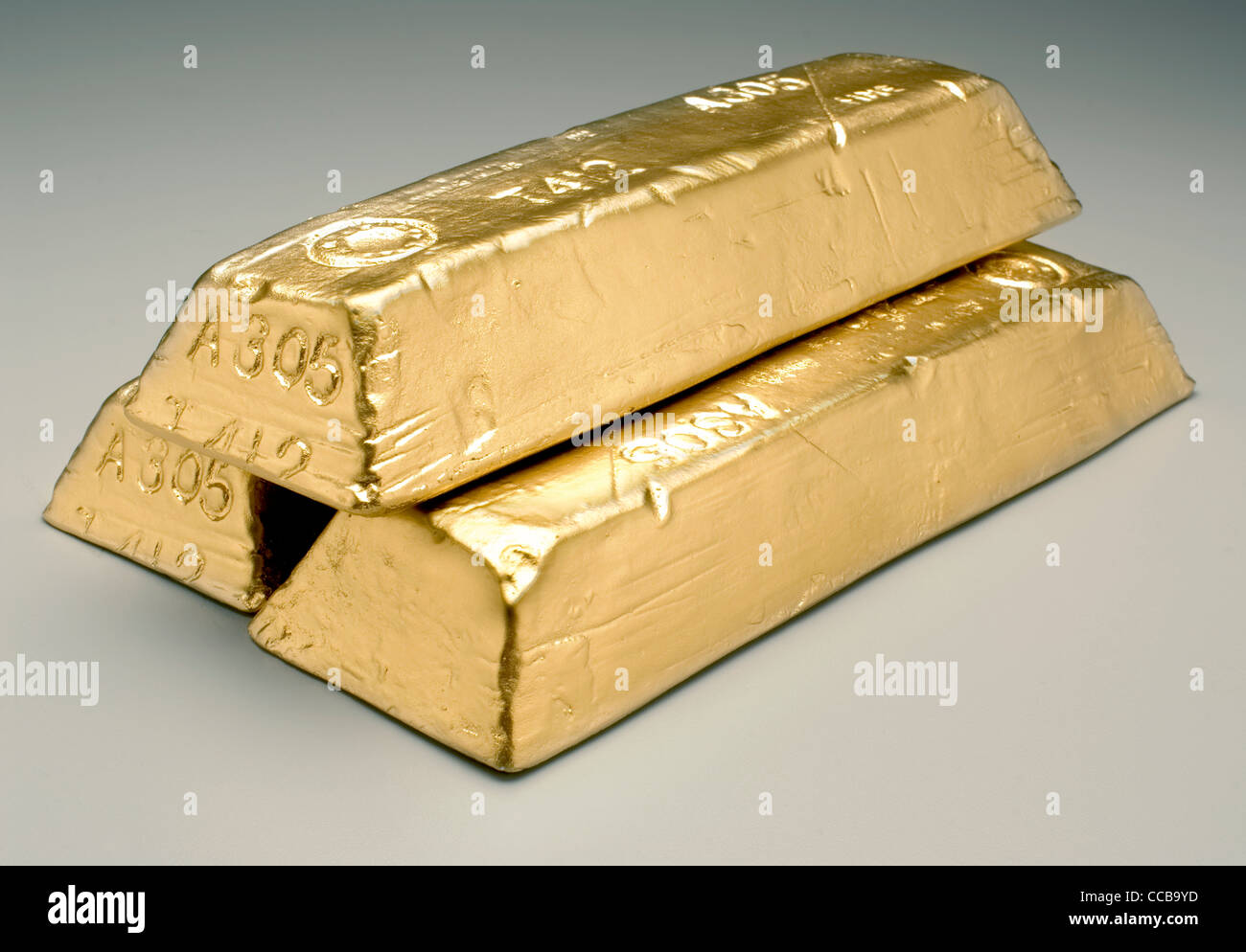 Goldbarren auf grauem Hintergrund Stockbild