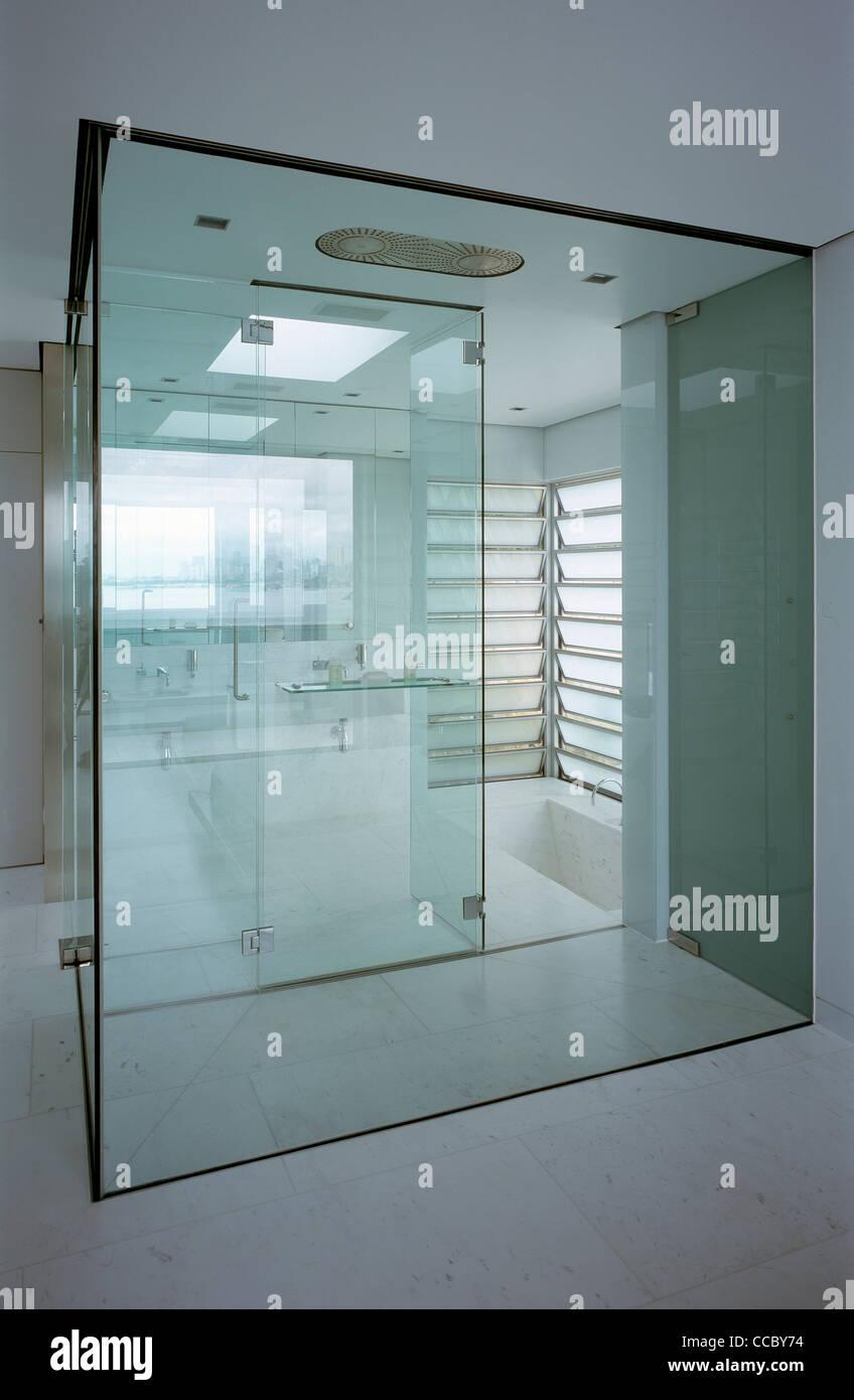 PRIVATE HAUS GLAS BADEZIMMER / BAD Stockfoto, Bild: 42059448 - Alamy