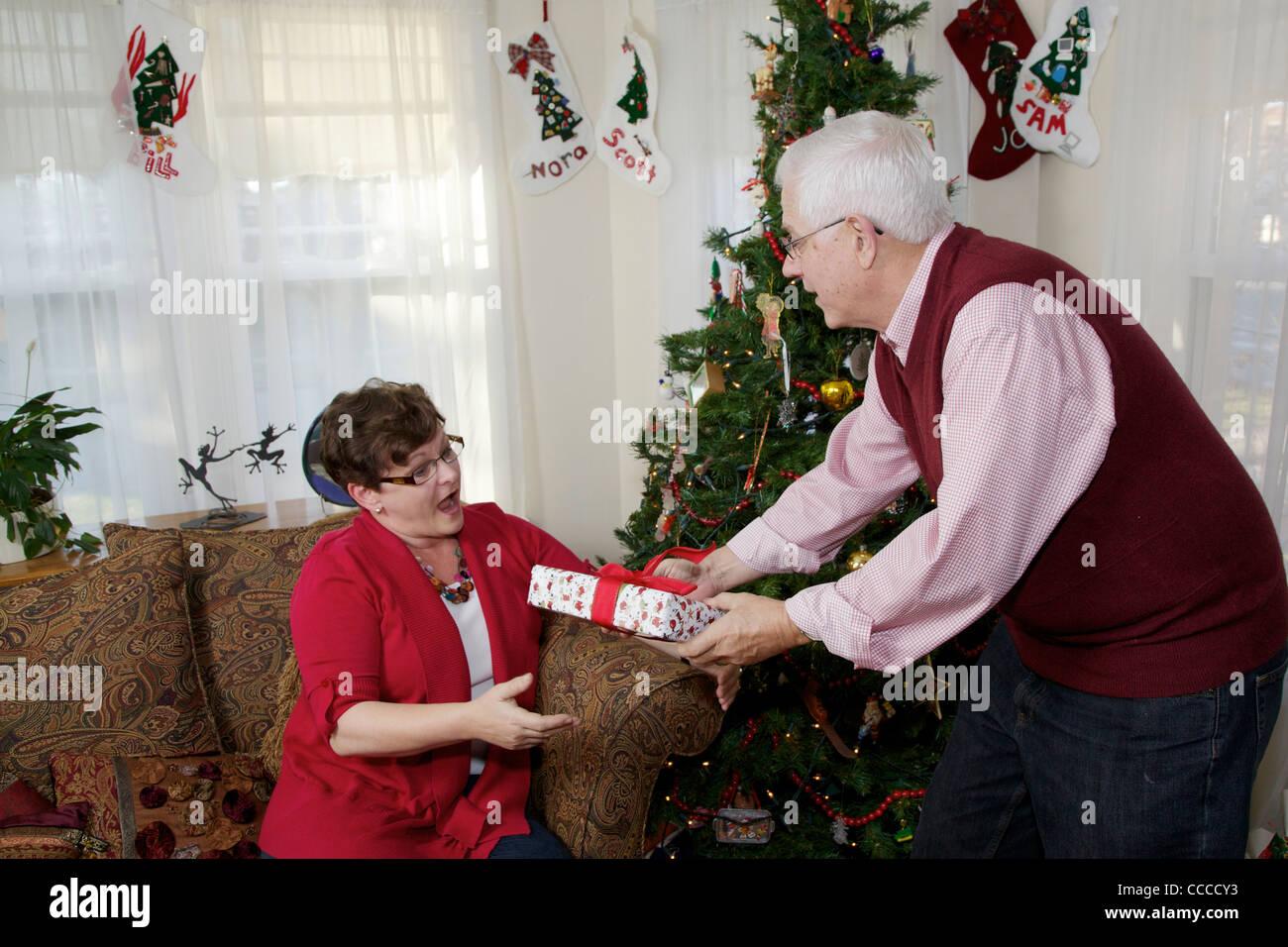 Senior woman Weihnachtsgeschenk zur Frau zu geben. 60-65 jährigen ...